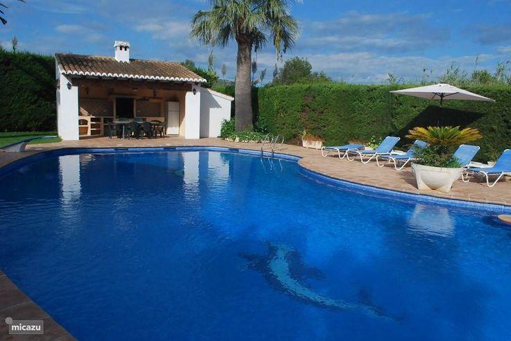 Zwembad en zomerkeuken