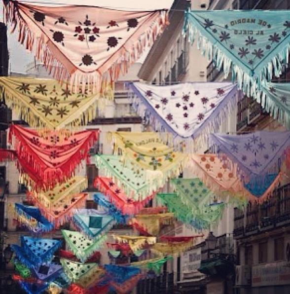 Feliz San Isidro 2013 (calle de Madrid, adornada con mantoncillos)