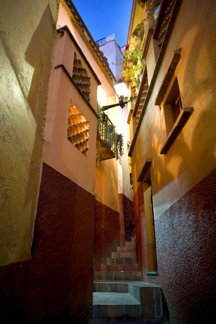 """El Callejón del Beso en Guanajuato. Callejón ubicado en el centro de la ciudad, célebre porque sólo mide 68 cm de ancho y sus balcones están casi pegados uno al otro, a la distancia de"""" un beso"""". Su nombre se debe a la leyenda de dos enamorados; Doña Carmen y Don Luis, a quienes sus familias les prohibían verse y ellos se citaban en esos balcones."""