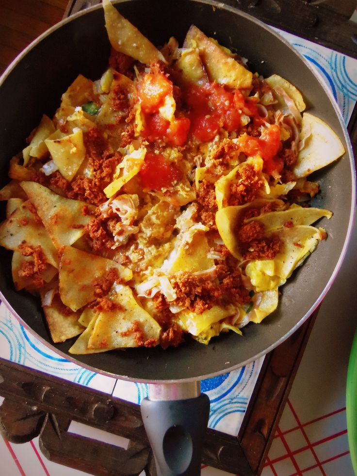 Migas con Huevo y Chorizo Migas con Huevo is a typical dish served for breakfast through out Mexico. Migas, refers to the sliced or torn pieces of corn tortllas that are cooked until crispy. They a...
