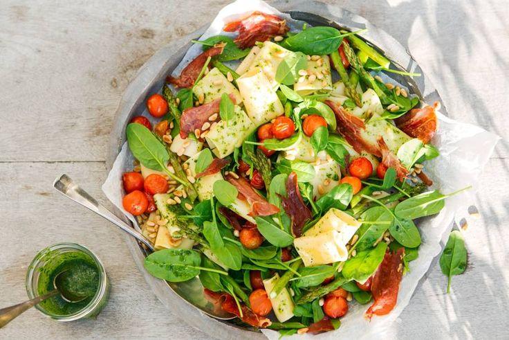 Deze pastasalade is extra lekker door de asperges en tomaatjes die in de oven worden geroosterd. - Recept - Allerhande