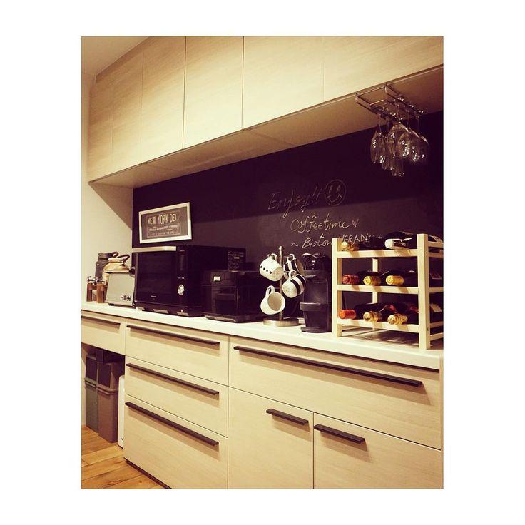 こちらは#キッチンカウンター の後ろの#カップボード ☕️ これも#リクシル の#アレスタ です🎵 キッチンカウンターとは正反対の薄いウッドカラー#チェスナット をセレクト☝️ 食器棚が好きじゃないので、食器類は全てこの中にしまいこんでます😁 そして、#吊り戸棚 と#カウンター の間の壁は#黒板塗料 を塗ってもらいました😋 簡単なメモならここに書けるけど、書かない現実✏️笑 誰かカッコイイアート書いてください😭 #ワインラック と#マグカップタワー は#イケア の物🍾💕 ・ #マイホーム #マイホーム記録 #マイホーム計画 #マイホーム完成 #新築 #新築一戸建て #新築住宅 #新築戸建 #夏山邸記録 #marushoshiga #ブルックリン住宅 #ブルックリンスタイル #BrooklynStyle #ミラーレス一眼 #ソニーアルファ #パナソニック #ビストロ #ドルチェグスト #IKEA