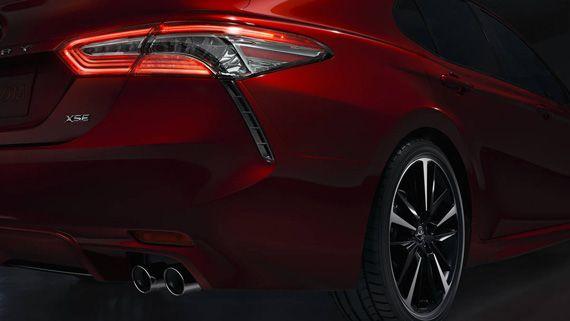 Элементы дизайна седана Toyota Camry 2018 / Тойота Камри 2018 – вид сзади сбоку, задние фонари