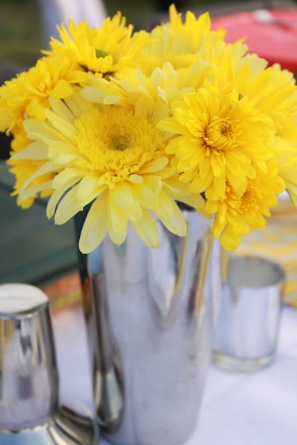 Mirabelle Creations: {Tablescapes} -- Rat Pack / Mad Men themed table. Martini shaker floral arrangements