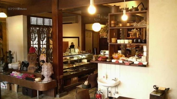 nico cafe 【小田原市栄町】 (暮らしの遊び・ニコカフェ)  築80年以上の元建具屋さんが昔の姿そのままに改装されました。  ランチやお茶ができるカフェの他に、ハンドメイド雑貨や古雑貨なども販売する複合店になっています。  建物の2階では展示会やワークショップなども開催されています。