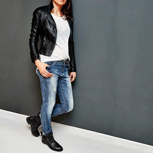 Takko Fashion Denim collection. Потертые джинсы 1999 руб, Косуха 1999 руб, Джемпер с прозрачной деталью на спине 999 руб., Плетеный ремень с блестящей вставкой 399 руб. #takko #takkofashion #denim #jaket