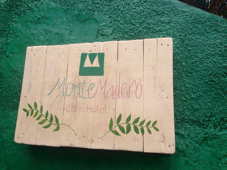 Restauración de palé por Camila Palacios para logo para MonteMadero Casa Hotel, Cota, Cundinamarca.