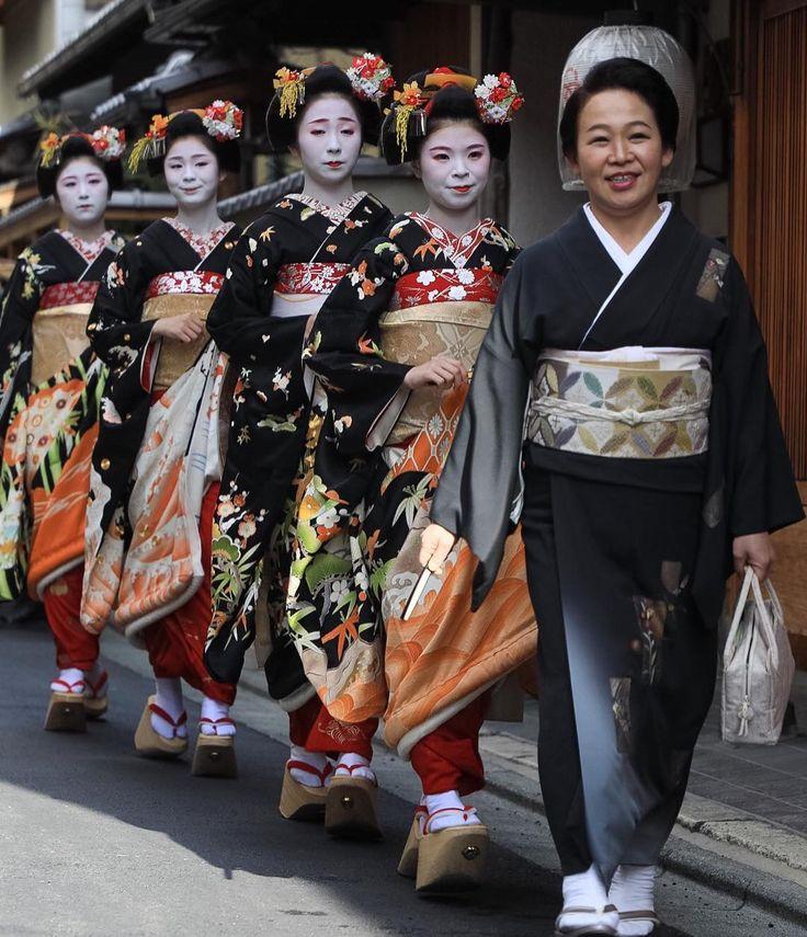 January 2017: Senior Geiko Chikafuku of Miyagwacho with her imouto Chikasaya, Chikaharu, Chikasuzu and Chikasome (Komaya Okiya) walking behind her during Shin Aisatsu. Source: Katsu H. on Instagram