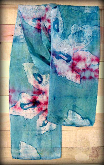 Unica sciarpa di seta nei toni del blu, rosa, turchese, modello di foglie  Questa è una bella, ma semplice sciarpa che è perfetto per abiti giorno o notte,