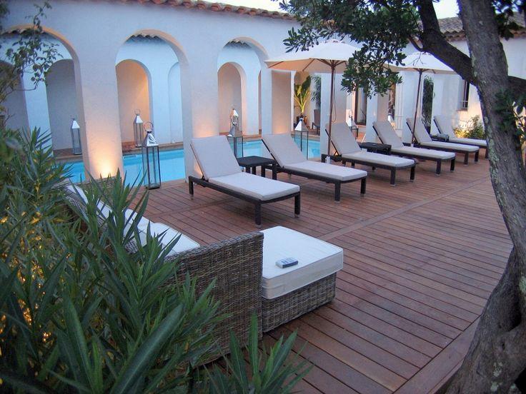 Villa de la Verne is een prachtige 6 en-suite slaapkamer vakantievilla op slechts 20 km van St. Tropez. De villa biedt veel privacy, rust en is voorzien van airconditioning, omgeven door beboste heuvels, rivieren en wijngaarden. Het panoramisch uitzicht strekt zich tot aan de Middellandse Zee. Dit is een unieke landgoed in hacienda-stijl, ontworpen met…