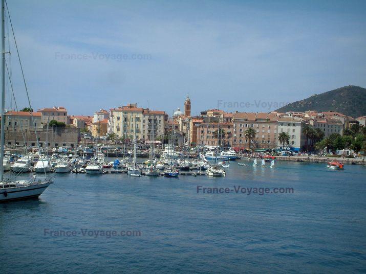 Ajaccio: Mer méditerranée, port de plaisance avec bateaux et voiliers, vieille ville et ses maisons colorées - France-Voyage.com