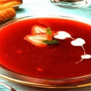 Суп из клубники, перечной мяты, зеленого базилика и белого игристого вина