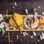 A csodálatos méz gyógyító ereje. Gyógyító hatása már-már közhely, de azt kevesen tudják, hogy nemcsak torokfájásra jó, hanem számtalan egyéb problémára is gyógyír: köhögés ellen, támogathatja a sebgyógyulást, fertőtlenít, segít az elalvásban, és remek sampon is.