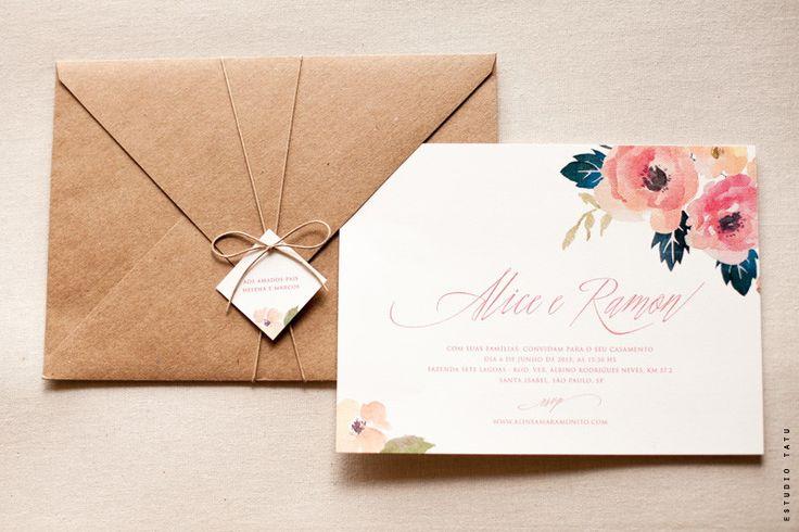 Convite delicado e romântico, com toques cheios de amor em aquarela. <br>O conjunto é: convite + envelope + tag com nome do convidado + fitinha. <br> <br>- tamanho: 22 x 16 cm <br>- tamanho tag com nome do convidado: 4x4 cm <br>- papel convite: concetto bianco 320g <br>- papel envelope: kraft 125g <br>- impressão: digital <br>- arte: exatamente como o modelo <br>- texto: customizável <br>- vai montado (sem plástico) <br>* gostou dessa arte, mas quer adaptar para outra ocasião? entre em…