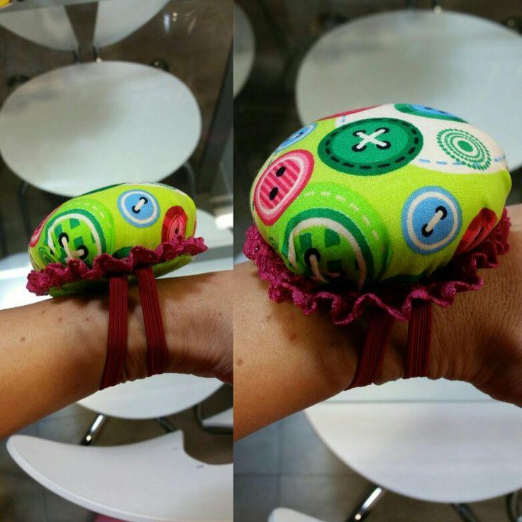 Porta alfileres con tela de botones multicolor y base de fieltro