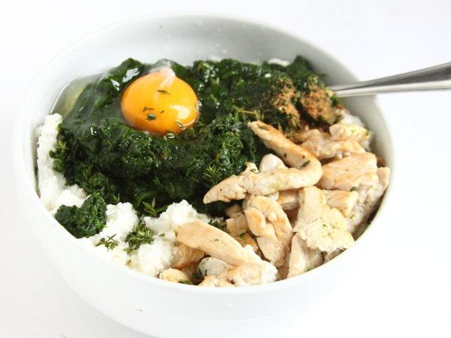 CANNELLONI POLLO ERBETTE E SPINACI 4/5 - In una ciotola lavorate la ricotta, unite le erbe tritate, il pollo, il formaggio grattugiato, l'uovo, il sale, un pizzico di pepe e di noce moscata. Mescolate gli ingredienti. Fate scottare la pasta per 1-2 minuti in acqua salata precedentemente portata a ebollizione, scolatela in acqua fredda quindi stendetela sopra un canovaccio e dividetela in rettangoli.