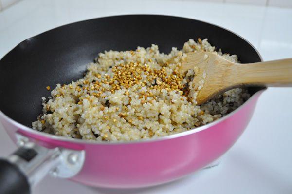 玄米炒飯にサクサクそば米 玄米1合 昆布5㎝ 塩小さじ1 胡椒少々 醤油小さじ1 サラダ油大さじ1 そば米大さじ2 1. 玄米を洗い、炊飯器に移したら、水を1~2割り増しで浸します。 2. 昆布も一緒に加え、一晩ふやかします。充分にふやけたら炊きます。 3. そば米を乾燥のまま、180℃の油で揚げます。 4. そば米が割れ、きつね色になったら、油からあげます。 5. 玄米が炊き上がったら、フライパンを熱し油をしき、炒めます。 6. 塩・胡椒・醤油で味付けをし、そば米を合えて出来上がり。 そば米のサクサク感を損なわない様に今回は野菜抜きにしましたが、勿論野菜を入れてもOKです。揚げたてのそば米のつまみ食いが止まらなくなるので注意です。  これに出汁20醤油1味りん1と水溶き片栗粉であんかけ風にしてもオシャレですね。
