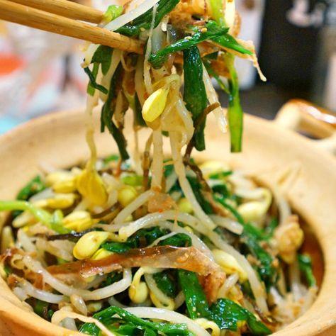 ナムルってお野菜が沢山食べられので、我が家では色々ナムルを作ります。今日は彩りも栄養も満点なニラと豆もやしのナムルを!豆もやしがなければ普通のモヤシでも構いません。ニラがなければ春菊や、三つ葉でも青菜系でもOKです。サッと茹でたら、和えるだけなのが簡単でいいですよね。5分で出来ちゃう忙しいママさんにも優しい一品です。 良かったらご家庭の一品に加えて頂けると嬉しいです。 大人になって、お野菜が好きになり、野菜を楽しむ方法を日々考えています。ナムルはお料理が苦手な方にもチャレンジしやすく、しっかり混ぜ合わせることで、どこを食べても美味しい所がいいですね。塩加減はそれぞれ好みがあると思いますので加減なさって下さいね。 比較的値段が安定しているもやしやニラはどこでも買えて、お財布にも優しく栄養価も高いのでとてもお勧めのメニューです ちなみに普通のもやしよりも豆もやしは特に栄養価が高いと言われています。便秘改善、またビタミンCやカルシウムを多く含んでいて風邪予防、肝臓機能のを高める効果もあるそうです。 またニラは疲労回復や冷え症や貧血の改善にも効果があると言われていて、今回材料の中...