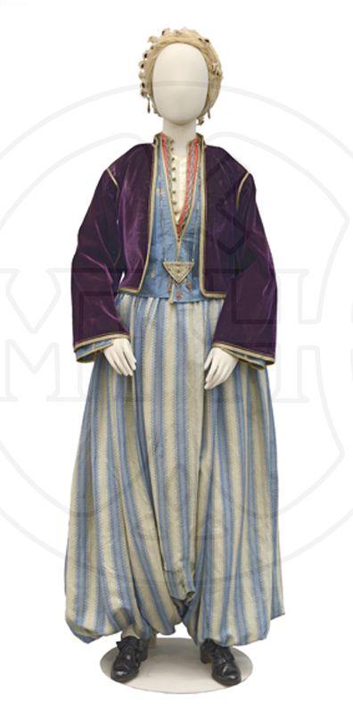 Γυναικεία ενδυμασία Λέσβου στον τύπο της βράκας (από τη συλλογή του Μουσείου Μπενάκη)