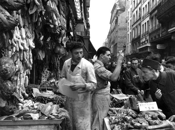 Paris les Halles - Rue Montorgueil - 1953 de robert doisneau