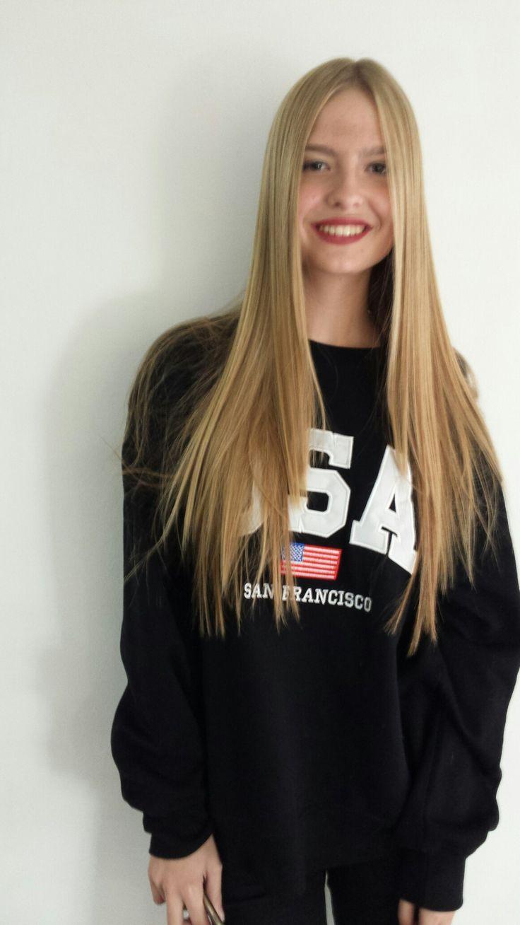 Imagen de nuestra modelo preferida y chica 10 como imagen para el renacer de nuestra marca con ese pelo tan precioso y fácil de tratar, rubio dorado largo liso