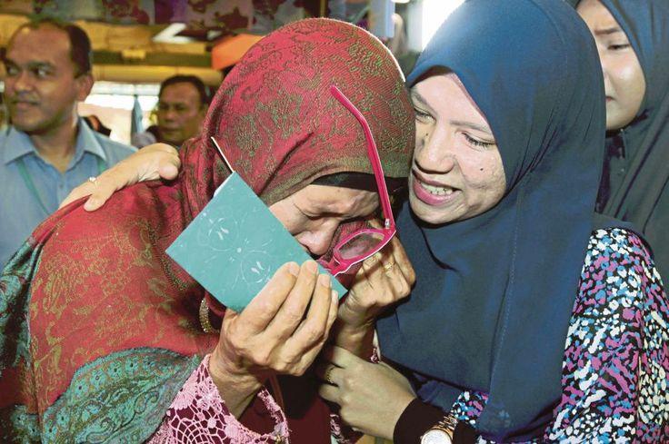 Tangisan ibu tunggal: Dua tahun tak jumpa anak menyamar jadi pekerja gedung pakaian untuk beri kejutan buat ibunya   Kuala Krai: Semalam menjadi hari paling bermakna buat seorang ibu tunggal apabila disatukan dengan anak perempuan kesayangannya yang sudah dua tahun tidak bertemu.  Tangisan ibu tunggal: Dua tahun tak jumpa anak menyamar jadi pekerja gedung pakaian untuk beri kejutan buat ibunya  Kejutan penuh emosi itu membuatkan Azizah Husin 58 menangis kegembiraan apabila anaknya Hafizah…