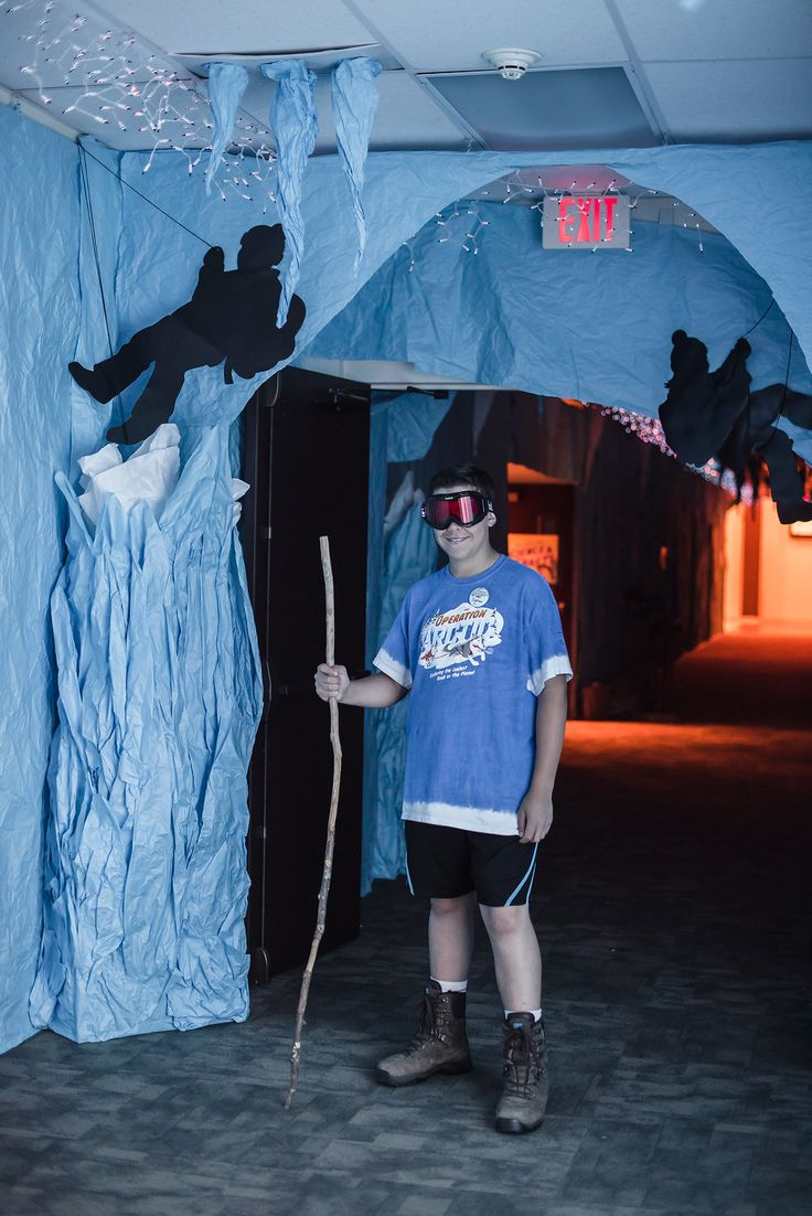 Ice cave decoration ideas for hallways at #OceanCommotion #vbs2017