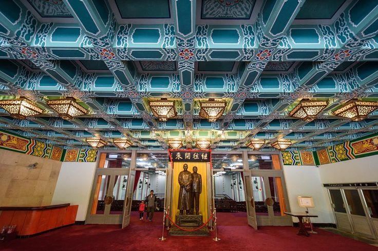 Nádherně zdobený strop vstupní haly Zhongshan Hall v NP Yangmingshan. #tofutaiwantours #tofutaiwan #životnataiwanu #cestování #taiwan  #tchajwan #tchaj-wan #tchajwannenithajsko #taiwanisnotthailand #iseetaiwan #igtaipei #igtaiwan #exploretaiwan #taiwanwalker #biglittleisland #amazingtaiwan #focus_taiwan #台灣 #대만 #ไตหวน #Тайвань #تايوان #台北 #陽明山國家公園 #zhongshan