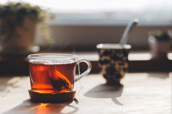 Welcher Tee hilft bei welchem Leiden? – ein kleiner Tee-Überblick! Seit Jahrtausenden wird Tee als Heilmittel gegen die verschiedensten Beschwerden erfolgreich eingesetzt. Warum also sollten wir die heilende Wirkung der Flüssigkeit nicht nutzen und wer hätte gedacht, dass Medizin so lecker sein kann? Eine Tasse dampfenden Tees mit dem richtigen Kraut kann gezielt Ihren Beschwerden helfen. Hier erfahren Sie welches Kraut gegen welches Leiden hilft. #Tee #Gesundheit #Beschwerden #Hausmittel