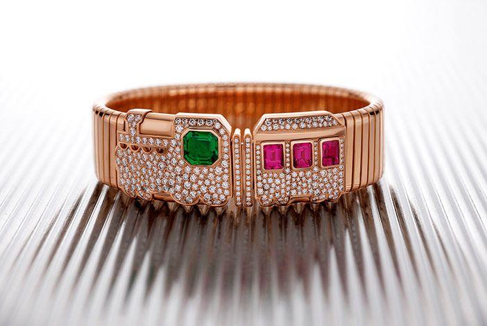 Scopri la Collezione di Alta Gioielleria Festa. Preziosi gioielli con rubini, zaffiri, smeraldi e diamanti fino a 180 carati. Scopri i dettagli sul sito web di Bvlgari.