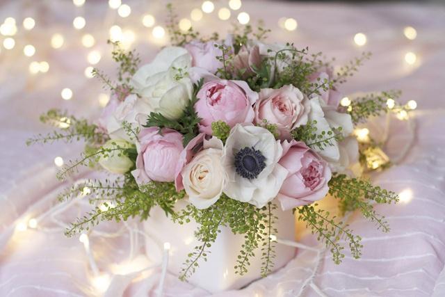 Roses pivoines, roses David Austin, anémones, Capsella TRES BEAU                                                                                                                                                      Plus