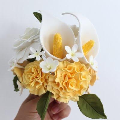 Bouquet de claveles, calas, florecillas y hojas