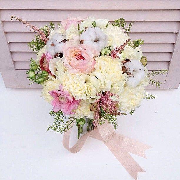 Нежнейший букет с молочными гвоздиками, ранусами, пионовидными розами и хлопком www.lacybird.ru/ #flowers