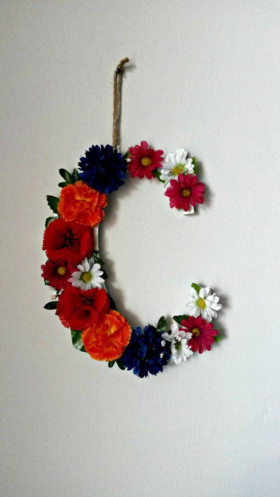 Lettera. Lettera in legno con fiori finti di GliAccessoriDiElisa