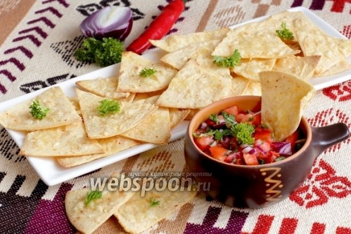 Фото Кукурузные чипсы с соусом сальса из помидоров