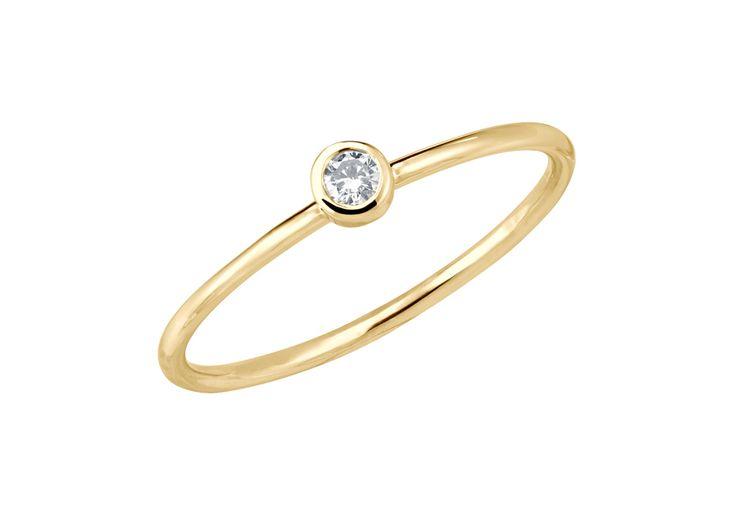 Gemme emblématique d'OR DU MONDE, le diamant éthique est serti clos sur un fil rond lumineux s'enroulant délicatement autour du doigt. Mise en beauté par une monture fine et délicate, la plus précieuse des pierres scintille intensément pour captiver les regards. Le solitaire Essentiel - S est réalisé à la main à Paris et garanti à vie, promesse d'une qualité hors-norme et d&...