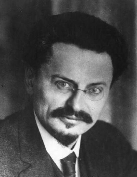 Trotski: Trotski was geboren in Oekraïne. Hij sloot zicht aan bij de bolsjewieken voordat de Oktoberrevolutie van 1917 begon, en werd een leider binnen de partij. Hij onderhandelde bij de Vrede van Brest-Litovsk. Toen Lenin stierf in 1924 kwam er een strijd om de macht tussen Trotski en Stalin. Stalin won uiteindelijk in 1928 en Trotski moest het land uit en werd aangeklaagd wegens verraad.
