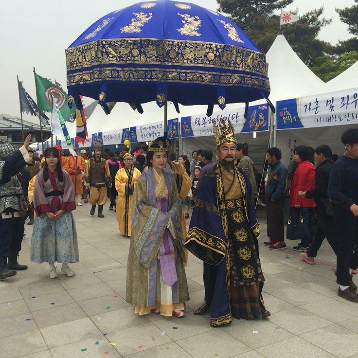 지난 23일, 김해 해반천에서 김수로왕과 허황후를 만나다. 가야축제에 친히 오셨어요.