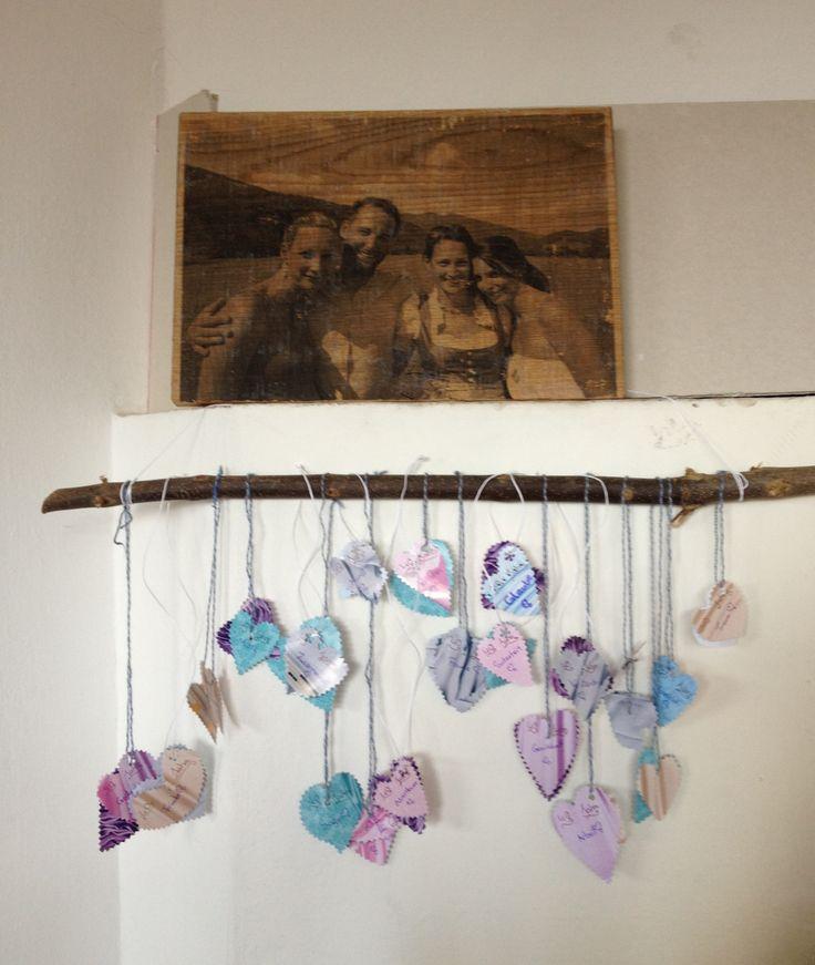 """Zum 40. Hochzeitstag unserer Eltern schenkten wir ein Foto auf Holz von uns Kindern, die Enkelkinder gestalteten 40 Herzen mit Aufschriften wie: """"40 Jahre Liebe, 40 Jahre Abenteuer, 40 Jahre schöne Momente,..."""" Ein kleiner Dank an unsere Eltern, dass sie sich auch nach so langer Zeit noch lieben und uns so ein gutes Vorbild sind! Meine Mutter war so gerührt!! <3"""