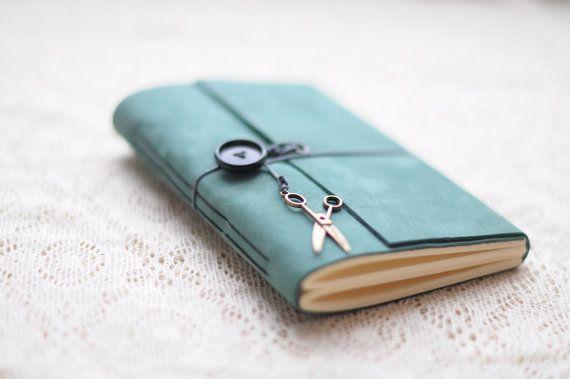 Dieses Notebook besteht aus schönen Mint Leder durch exklusives design -Metall Anhänger oder Taste könnte geändert werden, wenn ich nicht gleich auf den Auftrag-Moment -Geeignet als ein Journal oder Tagebuch, Skizzenbuch oder Foto-Album. -Dicke cremige Papier -Größe - A-6 -Nur notebook