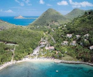 Die Hotelanlage liegt oberhalb einer langgezogenen Bucht mit einem weißen Sandstrand. Durch die Lage am Hang ergeben sich spektakuläre Panoramablicke über das karibische Meer. In der gepflegten Gartenanlage befindet sich die geschmackvoll gestaltete Poollandschaft mit 3 Swimmingpools, Kinderpool und Whirlpool und Sonnenterrassen.
