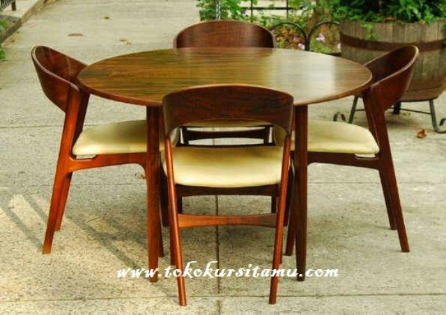 Meja Makan Cafe Dan Restoran SMK-013 ini memiliki desain yang unik terbuat dari kayu jati, meja makan ini juga cocok untu furniture cafe dan restoran.