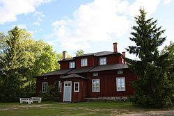 Alikartano – Alikartano manor builiding in Mäntsälä is owned by the state and is a museum nowadays. Owned by famous Nordenskiöld family and the museum is also showing the scientifical side of the family. Cafe.  Check: http://www.nba.fi/fi/museot/alikartano