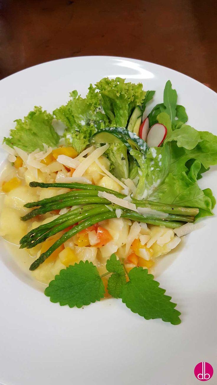 Pasta mit Pastinaken-Kürbis-Sauce und gebratenem Thai-Spargel