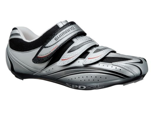 Features a supply stretch resistant synthetic leather and mesh with triple asymmetrical straps to eliminate pressure points. The lightweight glass fibre polyamide sole is ideal for intense ride to challenging terrains. This cycling shoe supports the foot securely.