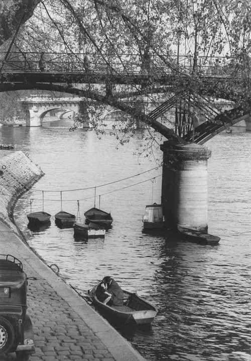 Passerelle du Pont des Arts, 1959 byWilly Ronis