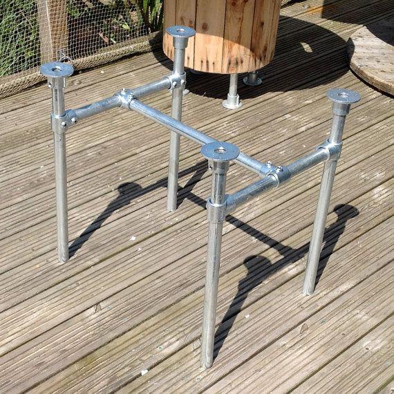 Pieds de table découper dans le tuyau de l'échafaudage métallique. Industriel / Loft Style Table Base supérieure avec supports en acier faite sur mesure au Royaume-Uni. Gratuit P & P