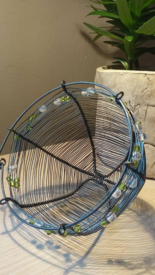 Svícen z černého žíhaného drátu propletený skleněnými korálky.Košík ( svícen ) je vypleten jemným výpletem.