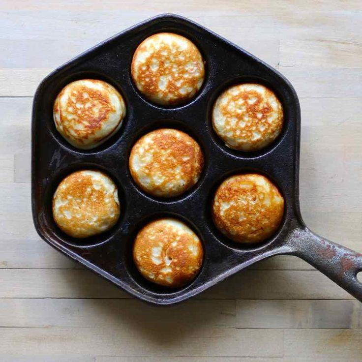 Les aebleskiver sont des crêpes traditionnelles danoises en forme de boules qui sont cuites dans une poêle en fonte spéciale avec des trous semi-sphériques.