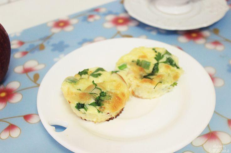 Muffin de ovo com peito de peru e queijo 1 ovo + 2 claras 1/4 xíc leite Cheiro verde 1 fatia queijo 2 fatias peito de peru Sal  Bata o ovo e as claras (como se fosse omelete). Adicione os outros ingredientes e bata novamente. Encha as forminhas de silicone até um pouco mais da metade. Leve ao forno pré-aquecido por 20 minutos ou até estar totalmente assado. Sirva quente.